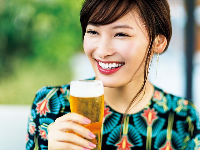 笑ってビールを飲む大政絢さん