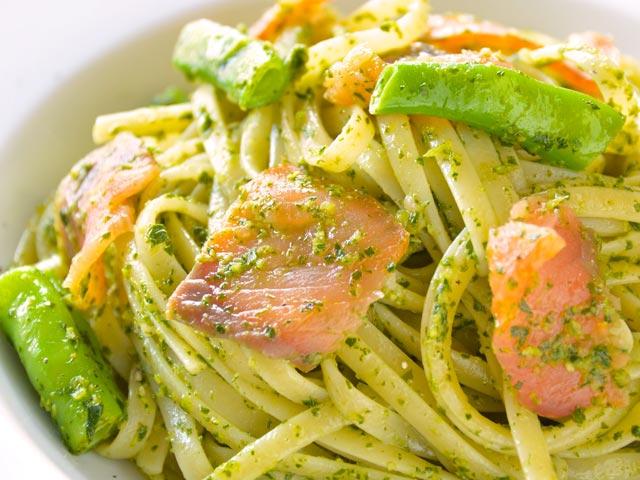 美味しそうなスモークサーモンのジェノベーゼパスタ・スパゲッティー