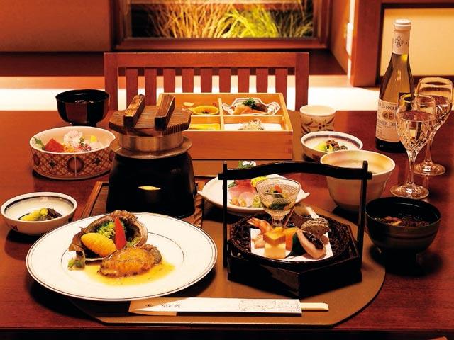 bce3fb47d24 ヴィラの和室でルームサービスが楽しめる。手前は「あわび御膳」9500円(要予約)、奥は「季節の会席御膳」6800円